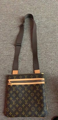 Black and brown louis vuitton over the shoulder purse brand new only been used twice  Houston, 77081