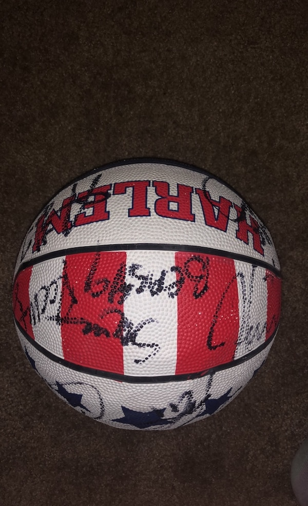 Basketball signed by all globe trotters  07d32d19-d6c4-46a0-96c0-0879b7901bde