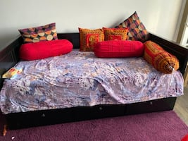 Day bed with 2 twin mattress