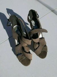 Size 7 pai of gray leather open-toe heeled sandals