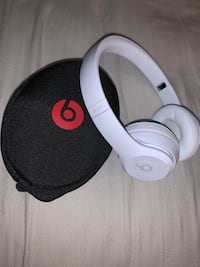 Brand new never used, white wireless beat solo 3 (with case)