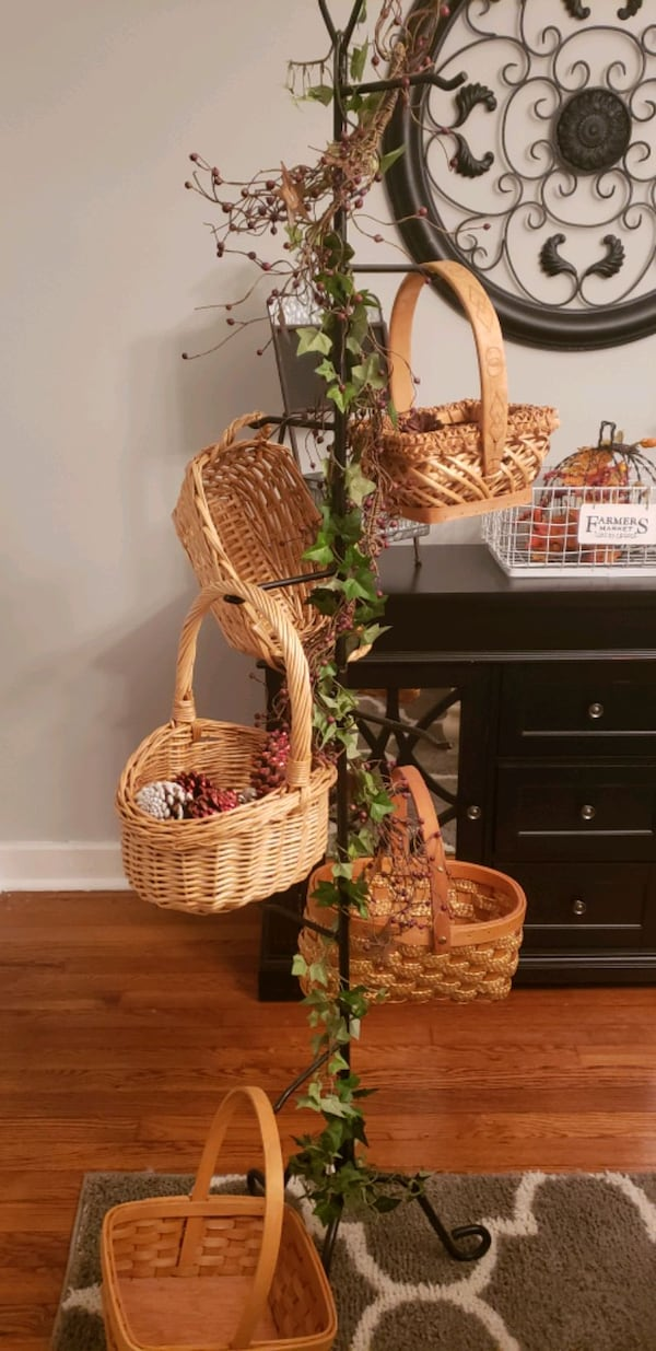 basket tree with baskets f3f86522-02e9-4149-bbf5-344909c511ac