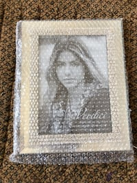Picture frame never used from a pet and smoke free home for only 10$ Vaughan, L6A 3A5