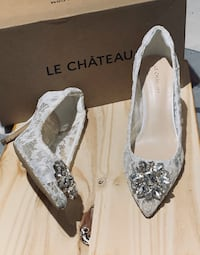 Brooch embellished lace pointy toe pump(ivory)