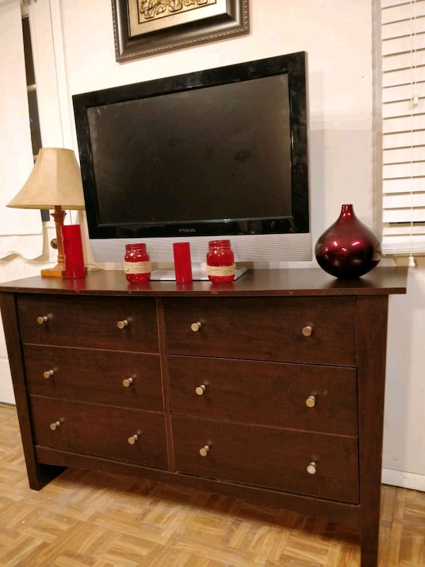 Nice dresser/TV stand with big drawers in good con