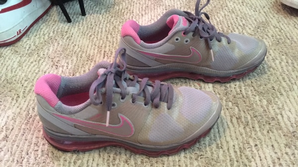 Women's Nike shoes (size 8) 4