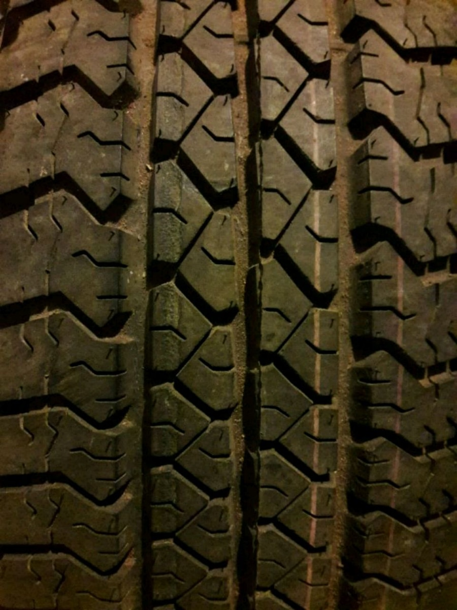 Photo Goodyear P 265 75 16 tire with rim