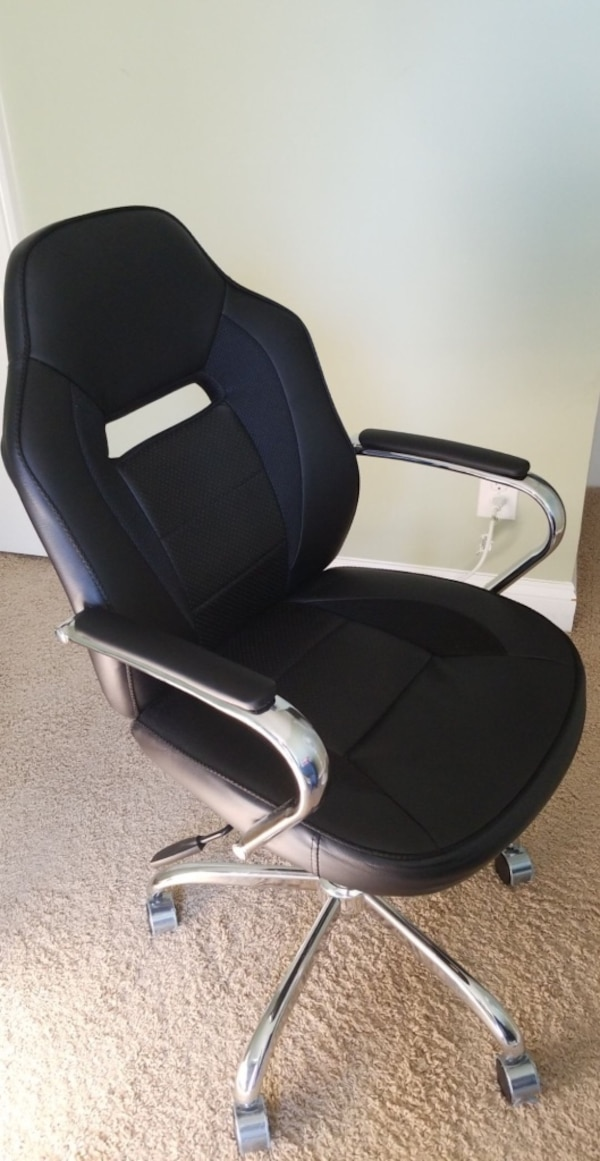 Computer chair leather like new d97df913-3a50-4d51-ac0b-c4d7f096792a