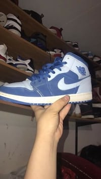 unpaired white and blue Air Jordan 1 shoe 1445 mi