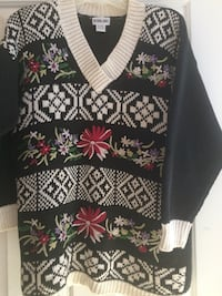 Embroidered detail on comfy long sleeved sweater, great with leggings! Saco, 04072