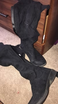 Pair of black suede knee-high boots New Haven, 46774