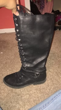 Pair of black leather boots Fort Wayne, 46815