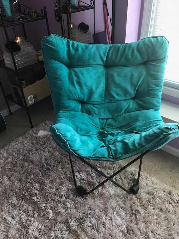 Collapsible teal chair. Very comfortable and easy to move 46dfb578-edcf-4d39-adf6-6ef5670fce67