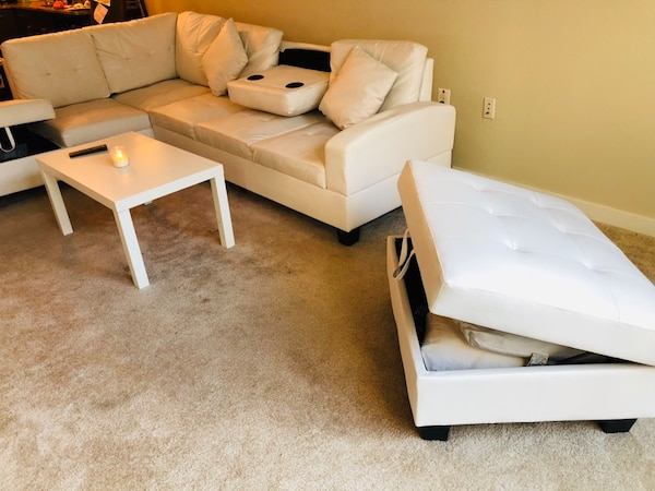 White leather sofa (L) b9112396-5419-4c12-a100-ff6453065de8