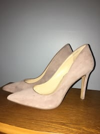 Pair of beige suede pointed-toe heeled shoes Linden, 07036