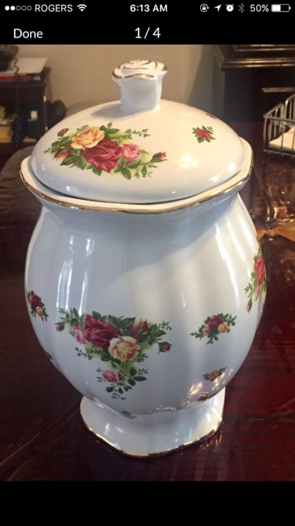 Brand new royal albert old country rose cookie jar 5f380cb7-7782-4363-a7bb-b685c9978355