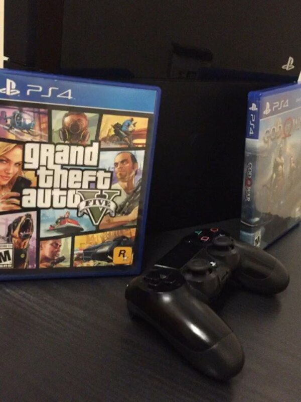 Playstation 4 with 2 games: God Of War plus GTA:v 318a3f6c-4acf-439e-8d7a-d966c1fb4ebb
