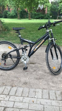 Schwarz-Weiß-Full-Suspension-Bike