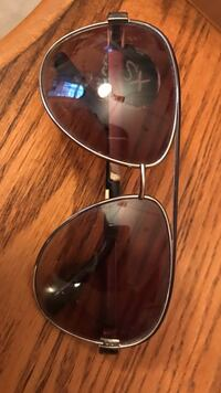 Like new juicy couture aviators . Missing rubber nose piece Hubbard, 44425