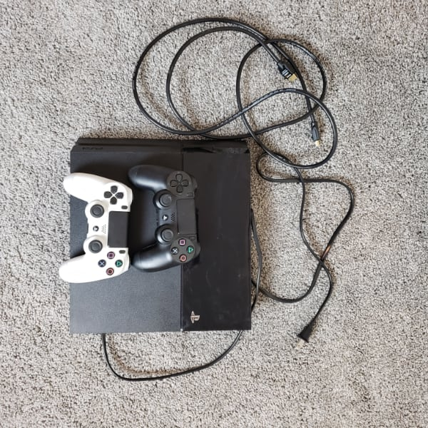 Playstation 4 (PS4) 500gb, 2 controllers, 5 games