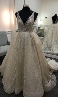 Woman's white Wedding Gown null