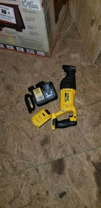 yellow and black Dewalt power drill Triangle, 22172