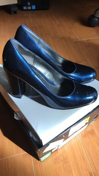 New Pair of women's blue leather pumps with box Concord, 94521