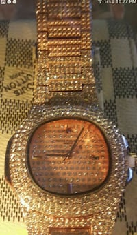 round gold-colored analog watch with link bracelet Toronto, M8Z 1R5