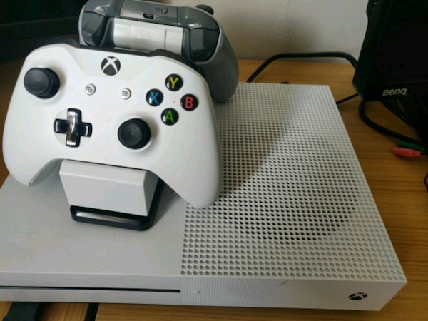 Xbox one s 500gb eith two controllers and xim apex
