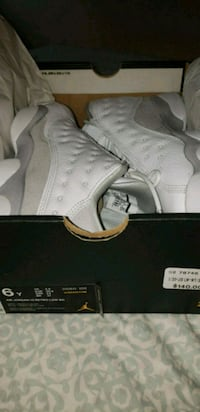 pair of white Air Jordan basketball shoes with box 548 km