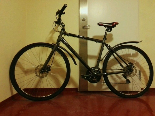 svart og hvit hardtail mountainbike