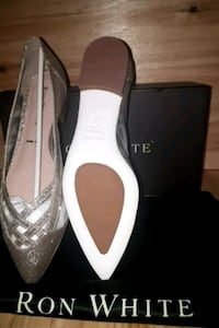 pair of white leather pointed-toe pumps Barrie, L4M 7H2