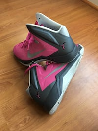 Nike pink shoes men's 9 woman's 11 pink Silver Spring, 20904