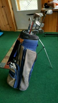 blue and black golf bag with clubs Avis, 17721