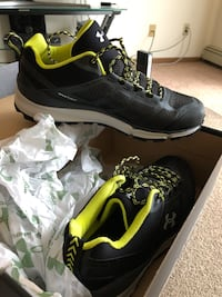 Under armor men's size 10 brand new with the tags $60 firm. Champlin, 55316