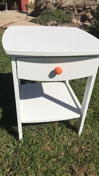 Night stand or side table like new 22 inches height and 18 x 18 inches top  Riverside, 92508