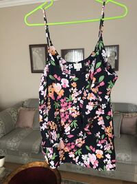 Women top flowers size L worn once Laval, H7S 1Y3