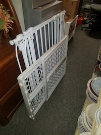 LARGE METAL BABY GATE WITH  DOOR (THE 1 IN THE BACK) Bel Air, 21014