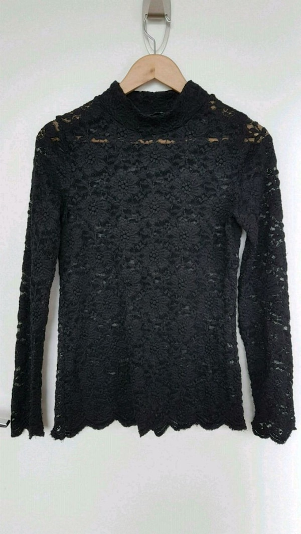 BCBG long sleeve lace top size S 8fc91752-a3f5-4408-b00a-826a7d9e9df2