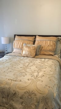 Selling comforter. Great condition - includes 6 pillow covers, bedskirt and comforter. Queen size Toronto, M6G