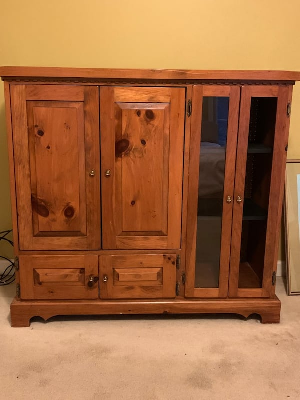 Nice solid oak armoire and or entertainment center 2ac293c5-4fca-4e40-9c98-766a59e7f15b