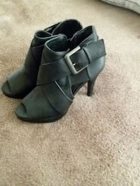 pair of women's black leather peep-toe buckled boo Sterling, 20164