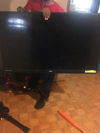 black flat screen TV with remote 43 km