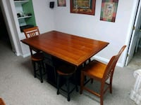 rectangular brown wooden table with four chairs di Chantilly, 20151
