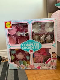 Kitchen set/toy (never opened)