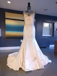 Exclusive mermaid button down wedding gown size 6 Alexandria, 22304