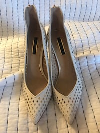 pair of white leather pointed-toe pumps Montréal, H4M 2V4