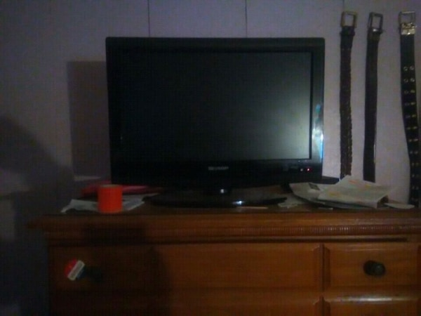 black flat screen 18in TV