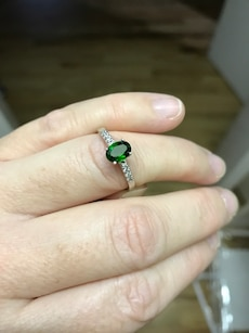 Chrome diopside and white zircon