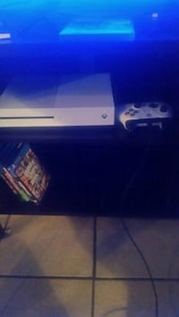 Xbox one s 1tb  with controller Ottawa, K2A 1C2